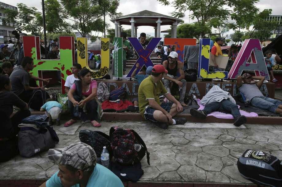 ARCHIVO — En esta fotografía de archivo del 22 de octubre de 2018, migrantes centroamericanos que se dirigen a Estados Unidos descansan en un parque público en Huixtla, México. Photo: Moisés Castillo /Associated Press / Copyright 2018 The Associated Press. All rights reserved