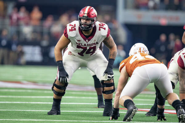 ARLINGTON, TX - DECEMBER 01: Oklahoma Sooners tackle Cody Ford (#74) prepares for the snap during the Big 12 Championship game between the Oklahoma Sooners and the Texas Longhorns on December 1, 2018 at AT&T Stadium in Arlington, Texas. (Photo by Matthew Visinsky/Icon Sportswire via Getty Images)