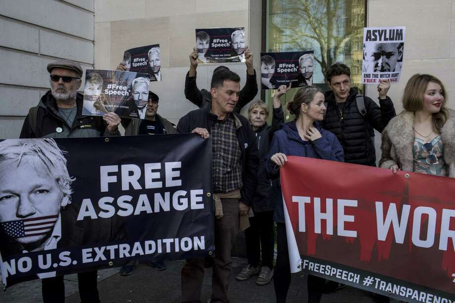 Supporters of WikiLeaks founder Julian Assange protest outside the Westminster Magistrates' Court in London on April 11, 2019. Photo: Bloomberg Photo By Nicolo Filippo Rosso / Bloomberg