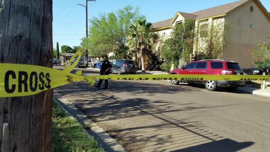 La policía de Laredo estableció un perímetro en un complejo de apartmentos ubicado en la cuadra 2500 de la avenida Monterrey, el jueves por la mañana. Photo: César G. Rodriguez /Laredo Morning Times