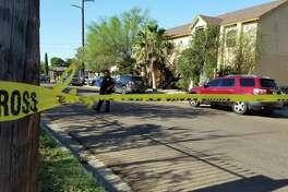 La policía de Laredo estableció un perímetro en un complejo de apartmentos ubicado en la cuadra 2500 de la avenida Monterrey, el jueves por la mañana.