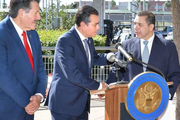 El alcalde de Laredo Pete Sáenz observa mientras el congresista Henry Cuéllar, derecha, saluda al alcalde de Nuevo Laredo Enrique Rivas, el jueves 18 de abril de 2019, cerca del Puente I donde se llevó a cabo una conferencia de prensa para abordar la situación en la frontera y los puertos de entrada.