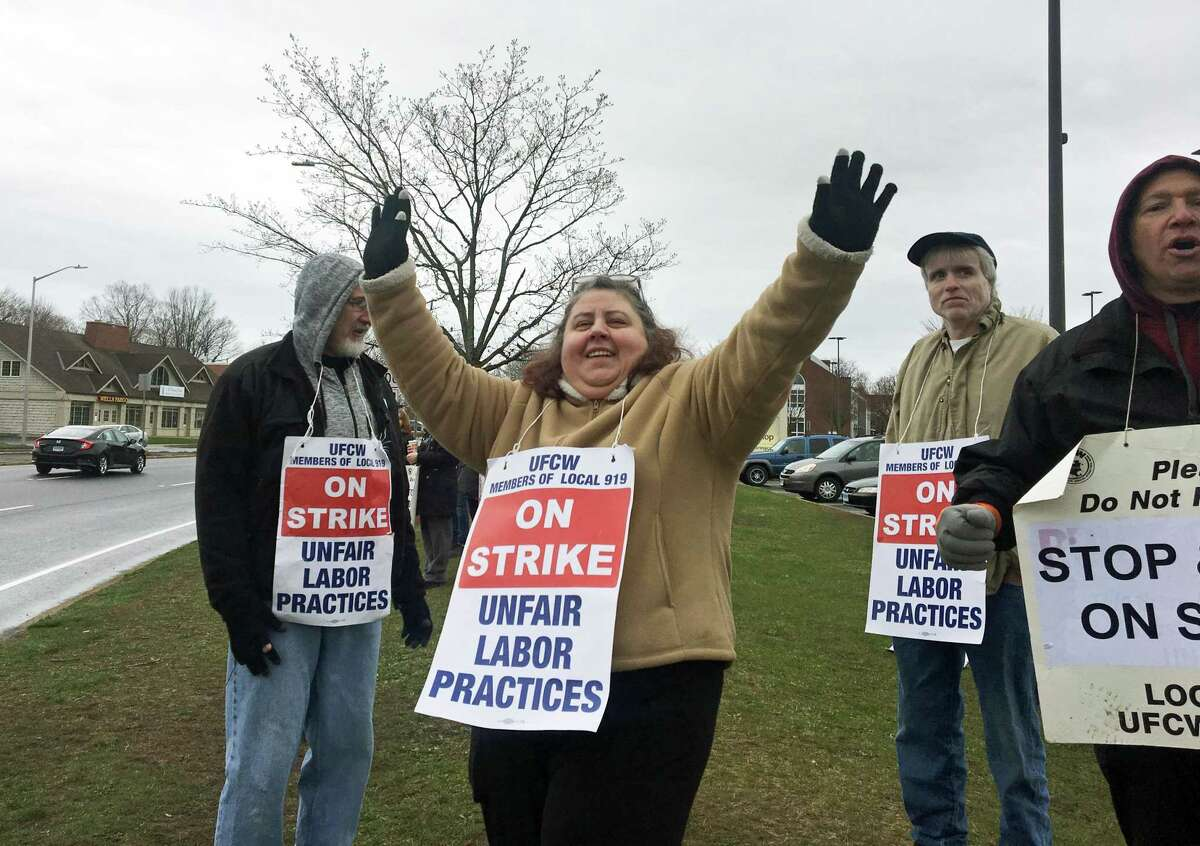 Strikers outside of the East Haven Stop & Shop during the first day.