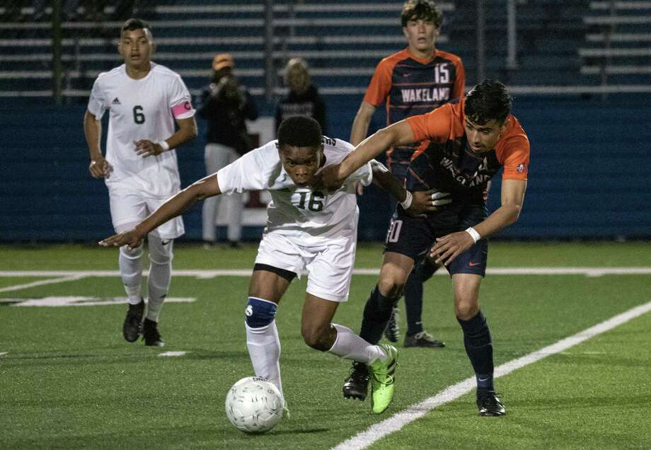 Houston Sharpstown's Israel Okoroji (16) and Frisco Wakeland's Manny Diaz De Leon race for the ball at midfield during the first half of UIL Boys 5A semifinal soccer game on Thursday, April 18, in Georgetown. Photo: Rodolfo Gonzalez, Contributor / Houston Chronicle / Houston Chronicle
