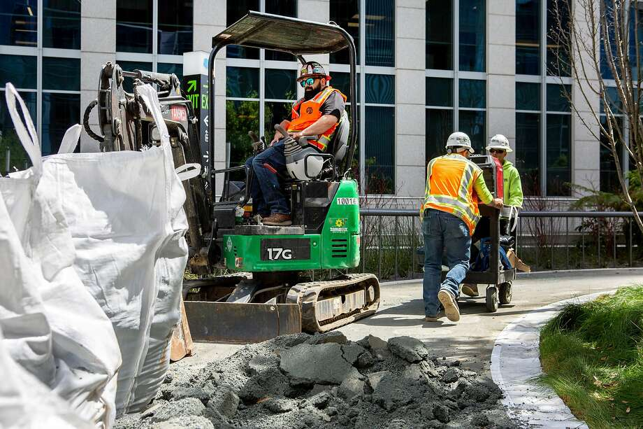 The rooftop walkway began falling apart before the $2.2 billion transit center opened last August, with dozens of spots along the half-mile loop cratering like sidewalk potholes. Photo: Santiago Mejia / The Chronicle