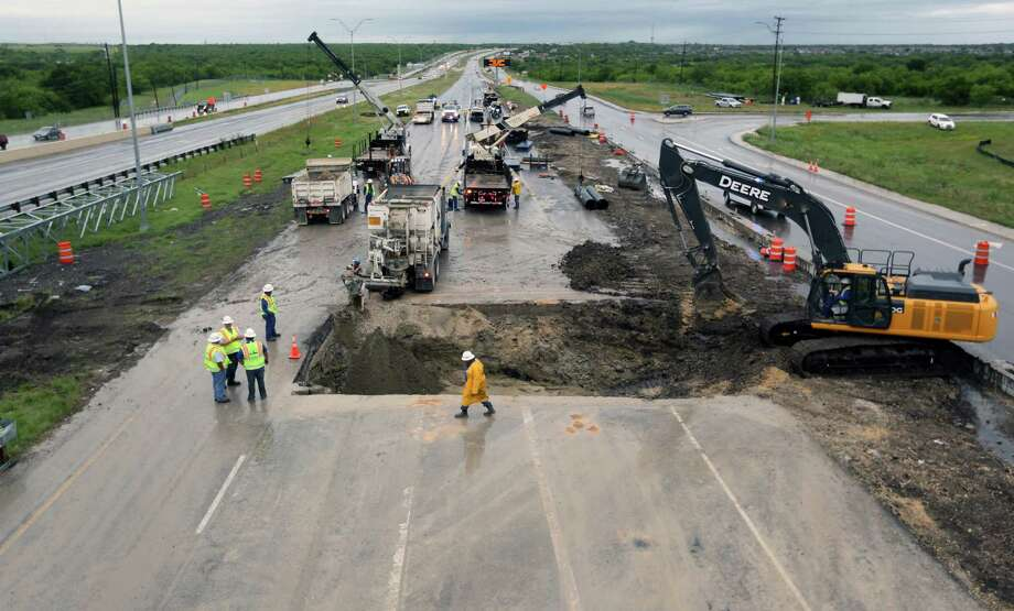 Crews work Wednesday morning, April 24, 2019, to repair a SAWS sewer line under US 90 near Hunt Lane. The broken sewer line caused the closure of all westbound traffic on US 90 near Hunt Lane beginning Tuesday morning. Photo: William Luther, Staff Photographer / ©2019 San Antonio Express-News