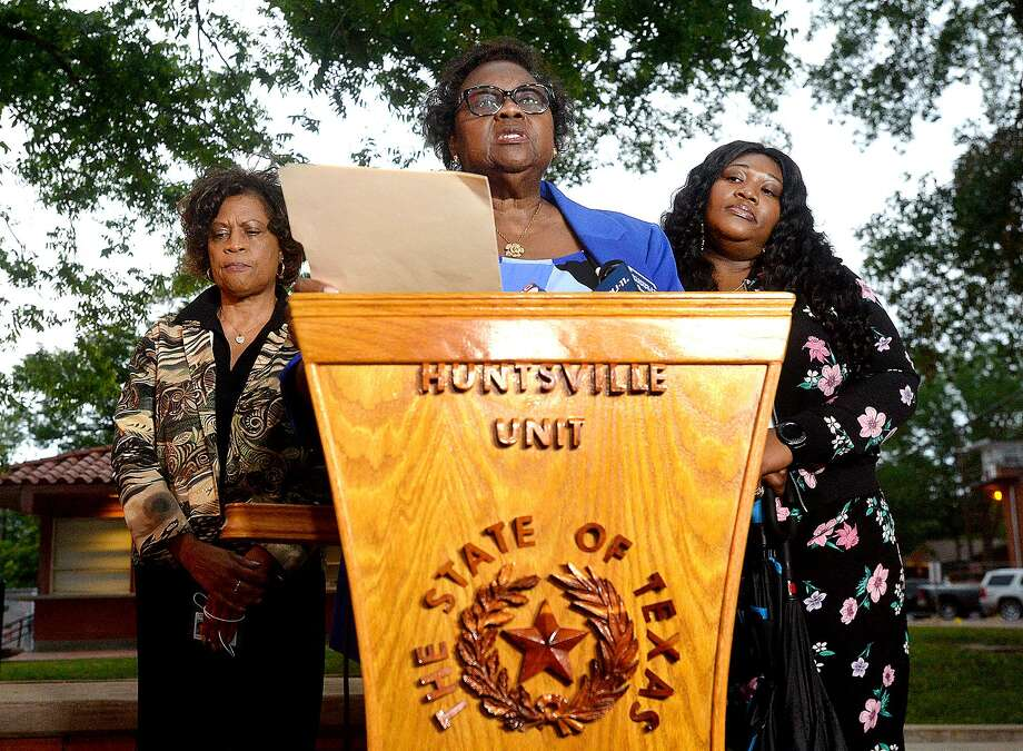 La familia de James Byrd, Jr., (izquierda) hermanas Louvon Harris y Clara Taylor y su sobrina Tiffany Taylor make a statement outside of the Huntsville Unit following the execution of John William King Wednesday night. King was the second man executed for the racial-hatred murder of Byrd in 1998. Lawrence Brewer was executed in 2011. Shawn Berry is serving a life sentence. Photo taken Wednesday, April 24, 2019 Kim Brent/The Enterprise Photo: Kim Brent /The Enterprise / BEN