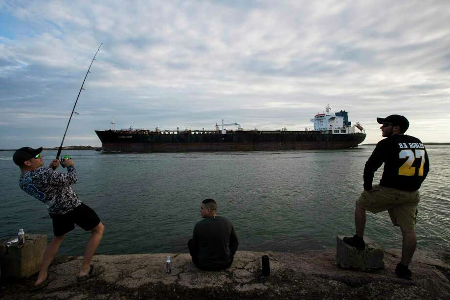 Fishermen at the Isla Blanca Park jetty where vessels enter and exit the Brownsville Ship Channel on Thursday, March 21, 2019, in South Padre Island. Photo: Marie D. De Jesús, Houston Chronicle / Staff Photographer / © 2019 Houston Chronicle