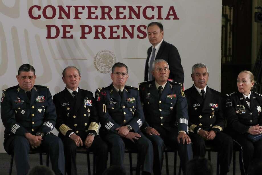 El Secretario de Seguridad Pública de México, Alfonso Durazo, camina detrás de una fila de generales que asistieron a la conferencia de prensa matutina en Palacio Nacional , el 12 de abril. Photo: Marco Ugarte /Associated Press / Copyright 2019 The Associated Press. All rights reserved.