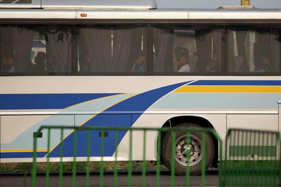 Migrantes en un autobús son transferidos para deportación desde un centro de detención de inmigración en Tapachula, Chiapas, México, el sábado 27 de abril de 2019. Miles de migrantes permanecen en la frontera sur de México esperando por documentación que les permita permanecer legalmente en el país. Photo: Moisés Castillo /Associated Press / Copyright 2019 The Associated Press. All rights reserved