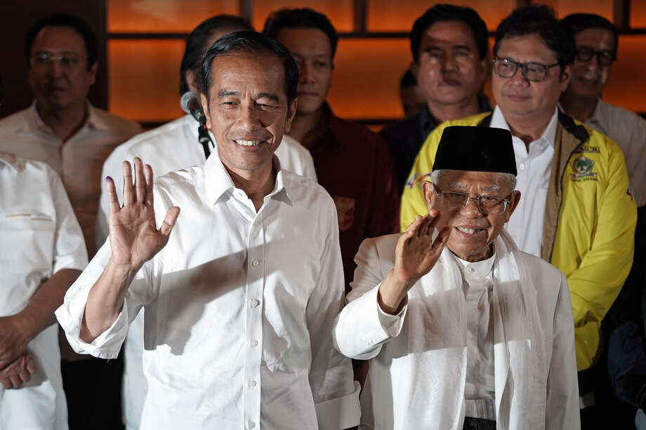 Joko Widodo, Indonesia's president (left) greets supporters at Djakarta Theatre in Jakarta, Indonesia, on April 17, 2019. Photo: Bloomberg Photo By Dimas Ardian. / © 2019 Bloomberg Finance LP