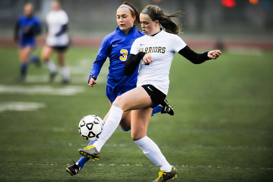 Midland's Ellie Wardell and Bay City Western's Ashlyn Swartz fight for possession during a game on Monday, April 29, 2019 at Midland Community Stadium. (Katy Kildee/kkildee@mdn.net) Photo: (Katy Kildee/kkildee@mdn.net)