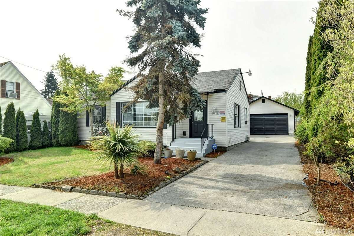 8425 S. 115th Pl., listed for $479,900. See the full listing here.