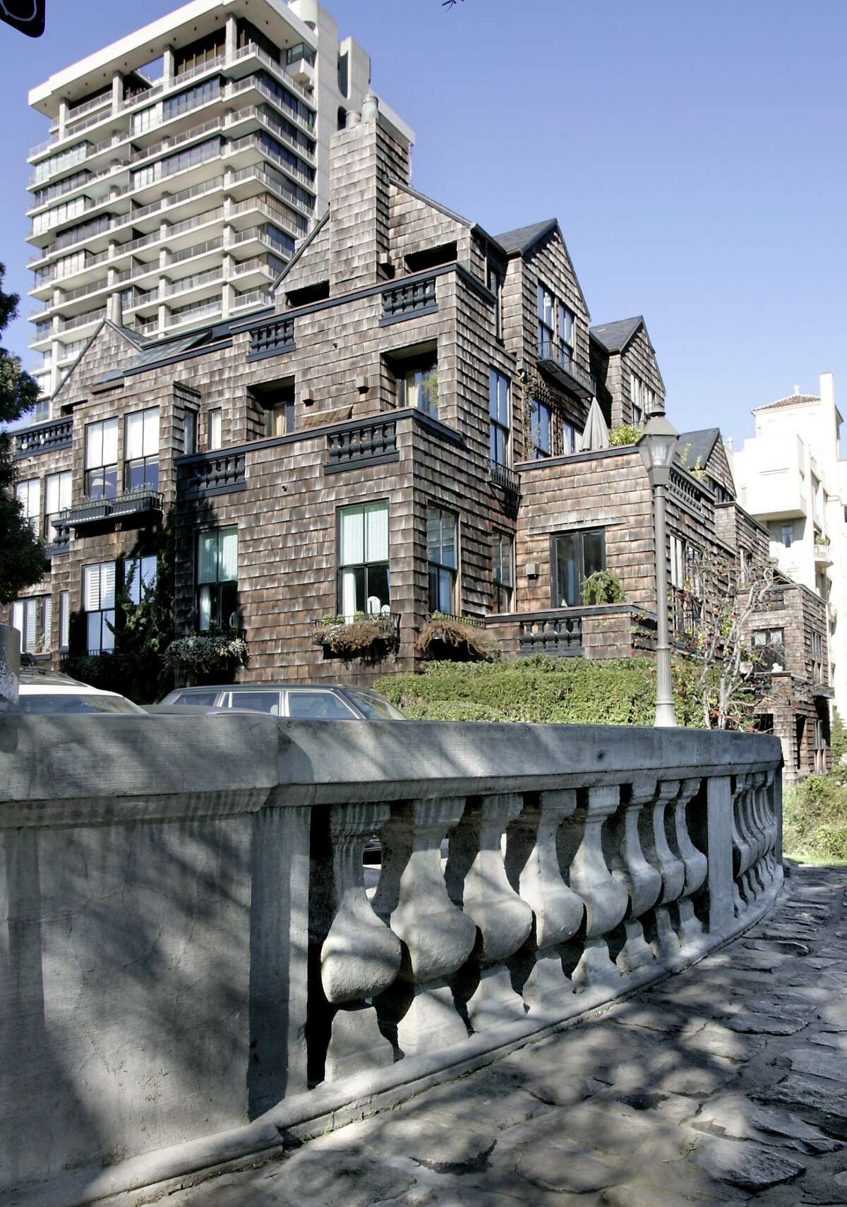 SIGSTYLE04_rad.jpg Home and Garden story about architect George Romsey. SHOWN: at 1020 Vallejo St. in San Francisco we find The Hermitage Condominiums. The Hermitage adopts the shingled, black-trimmed look that another architect, Willis Polk, used nearby. The Hermitage also copies the balusters that Willis Polk designed on a sidewalk nearby. Katy Raddatz / The Chronicle