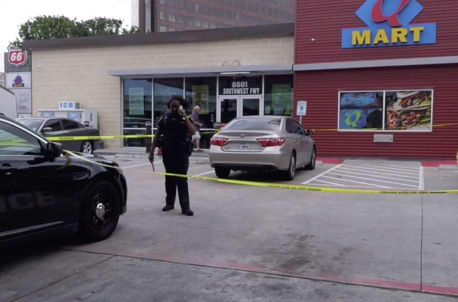 Houston police officers investigate a shooting that injured a small child at a southwest Houston gas station on Wednesday, May 1, 2019. Photo: Jay R. Jordan