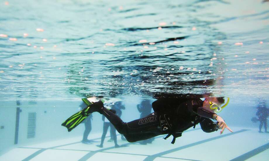 Chad Blower of Bay City, a scuba instructor with Dive & Glide, gives instruction during a scuba lesson on Tuesday, April 30, 2019 at Bay City Western High School. (Katy Kildee/kkildee@mdn.net) Photo: (Katy Kildee/kkildee@mdn.net)