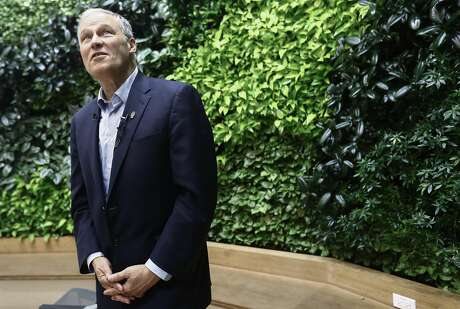 LOS ANGELES, CALIFORNIA - APRIL 18: Democratic presidential candidate and Washington Governor Jay Inslee (D-WA) tours the LA Cleantech Incubator (LACI) on April 18, 2019 in Los Angeles, California. Inslee is the only presidential candidate making a clean energy economy a cornerstone of his campaign. (Photo by Mario Tama/Getty Images)