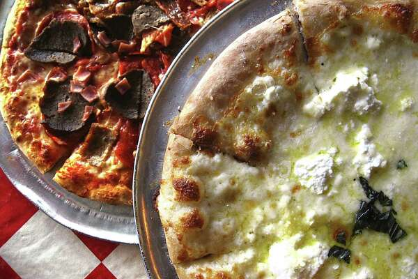 Review Julian S Italian Pizzeria Hits Home With Pizza