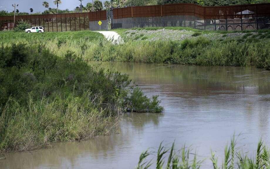 En esta fotografía de archivo del 26 de junio de 2018, un vehículo de la Patrulla Fronteriza de Estados Unidos vigila una zona contigua al río Bravo, que marca la frontera con México, cerca de Brownsville, Texas. Photo: David J. Phillip /Associated Press / Copyright 2018 The Associated Press. All rights reserved