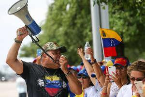 Venezolanos de Houston se reunieron el martes 30 de abril en la zona de Galleria para manifestar su apoyo al levantamiento que encabezó el líder de la oposición Juan Guaidó contra el gobierno de Nicolás Maduro.