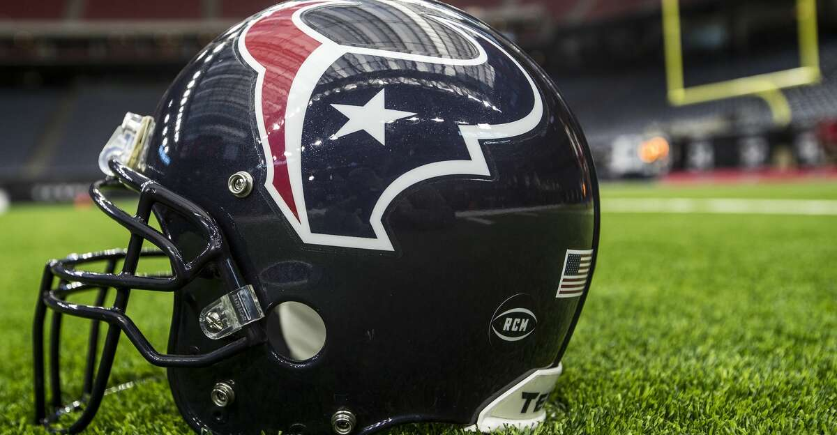 The Texans are bringing back a pair of assistant coaches.