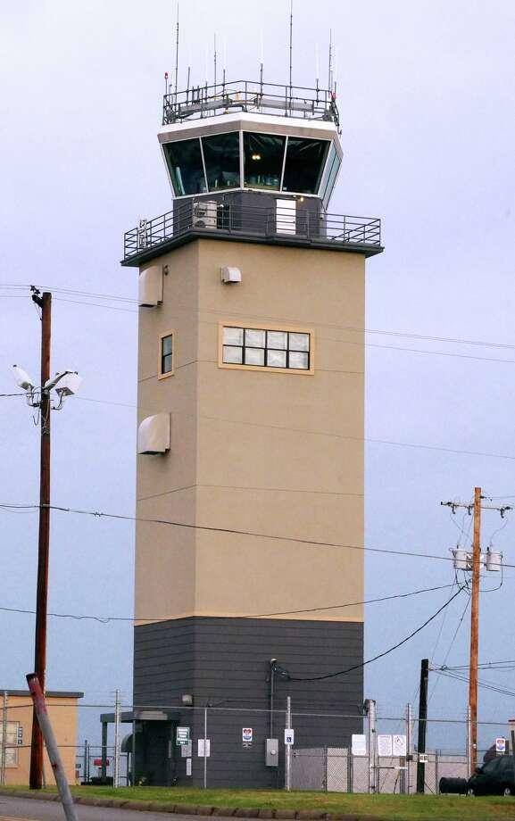 El congresista Henry Cuéllar anunció que la Ciudad de Laredo recibió un millón de dólares por parte de la Administración Federal de Aviación para ayudar a residentes que viven cerca del aeropuerto de la ciudad a mitigar el sonido de los aviones. Photo: Cuate Santos /Laredo Morning Times / Laredo Morning Times