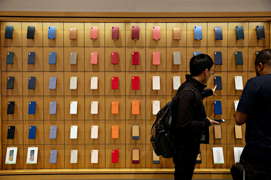 Customers browse Apple phone cases in Chicago. Photo: Bloomberg Photo By Daniel Acker / Bloomberg