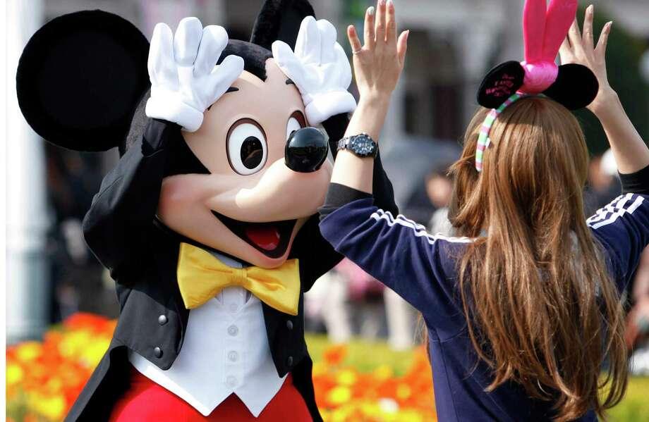 Mickey Mouse de Walt Disney accueille un visiteur à Tokyo Disneyland dans la ville de Urayasu, au Japon. Photo: Bloomberg Photo de Kiyoshi Ota. / 2011 Bloomberg Finance LP