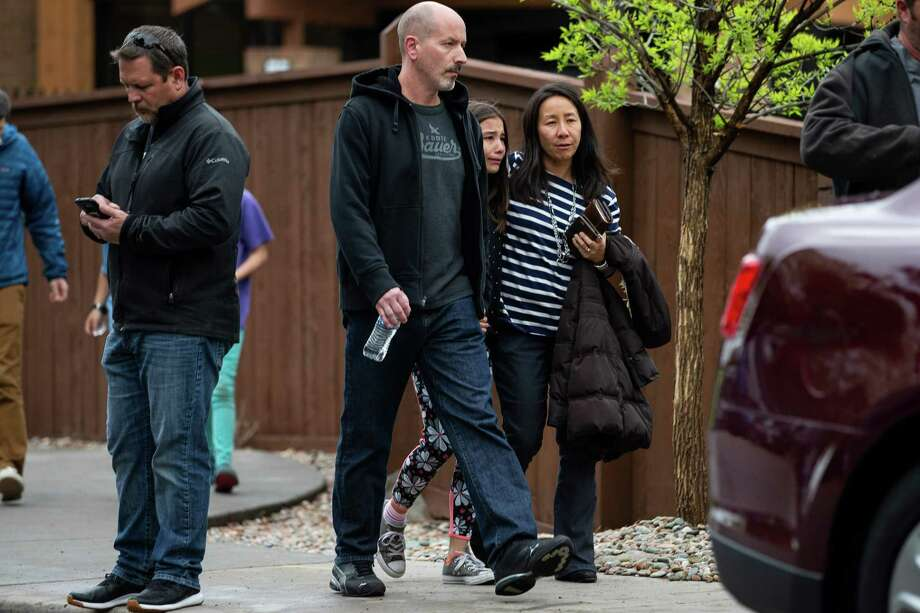 Padres de familia recogen a sus hijos del Centro Recreativo en Northridge en Highlands Ranch después de un tiroteo en la escuela STEM School Highlands Ranch, Colorado el 7 de mayo de 2019. Photo: Chet Strange /AFP /Getty Images / AFP or licensors