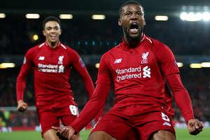 Georginio Wijnaldum celebra el tercer gol del triunfo del Liverpool por 4-0 sobre Barcelona en Anfield.