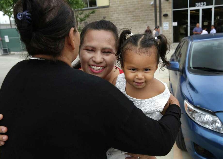Yadira Leal, de 39 años, y su hija de 1 año, Yorley Orellana de Honduras, reciben un abrazo de la madre de Leal, Alicia Oliva Herrera, izquierda. Photo: Bob Owen / Staff Photographer / ©2019 San Antonio Express-News