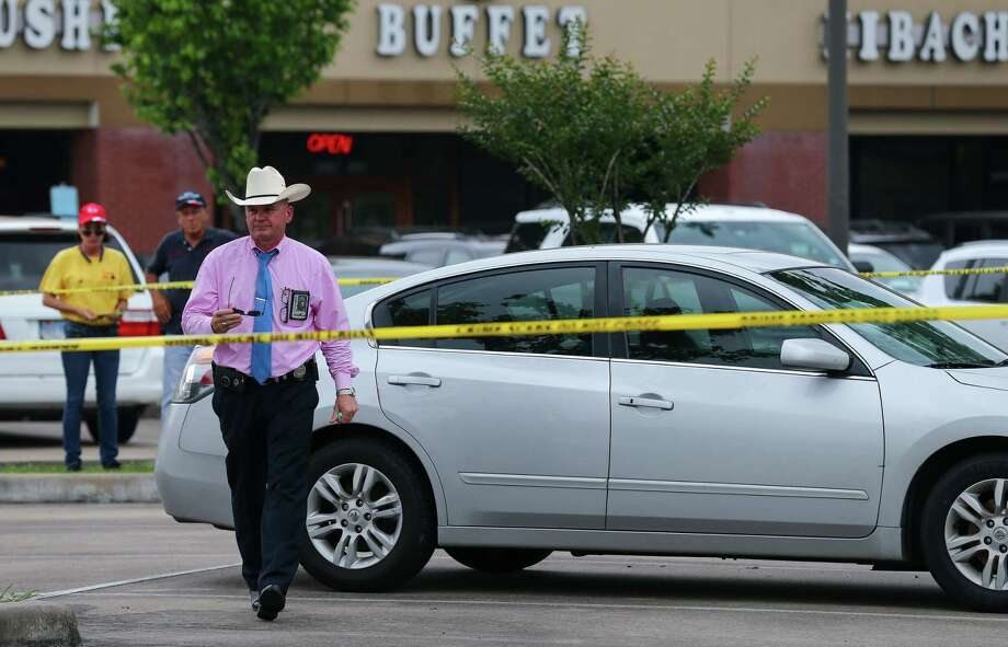 Houston Police Homicide detectives investigate the scene where the vehicle belonging to Maleah Davis' family was found at a parking lot on the 5400 block of Highway 6 Thursday, May 9, 2019, in Missouri City, Texas. Photo: Godofredo A. Vásquez, Staff Photographer / 2019 Houston Chronicle