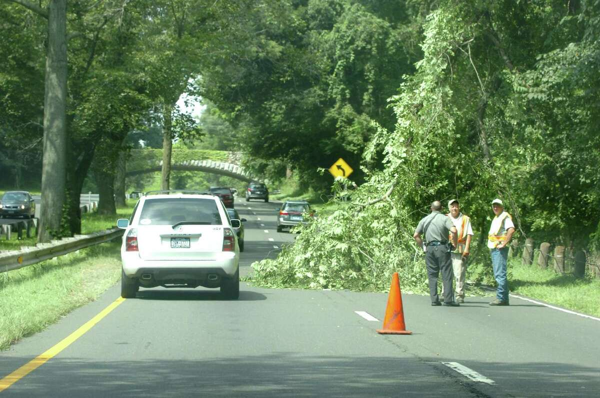 Tree trimming along the Merritt Parkway in Greenwich slows traffic as cars are forced into one lane Friday morning, Aug. 21, 2009. 8/22/09 photo = Arbor delay
