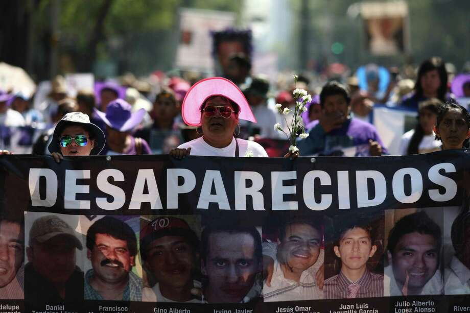 Varias personas sostienen imágenes de desaparecidos durante una marcha por el Día de las Madres en la Ciudad de México, el viernes 10 de mayo de 2019. Photo: Eduardo Verdugo /Associated Press / Copyright 2018 The Associated Press. All rights reserved
