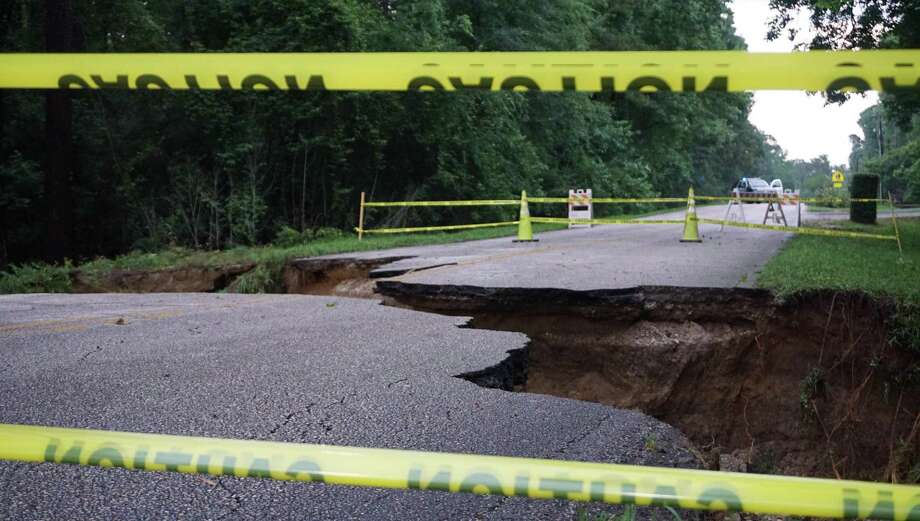 The sinkhole at the 1600 block of Hamblen Road near Redbud Lane on May 8 in Kingwood. Photo: Nguyen Le / Staff Photo