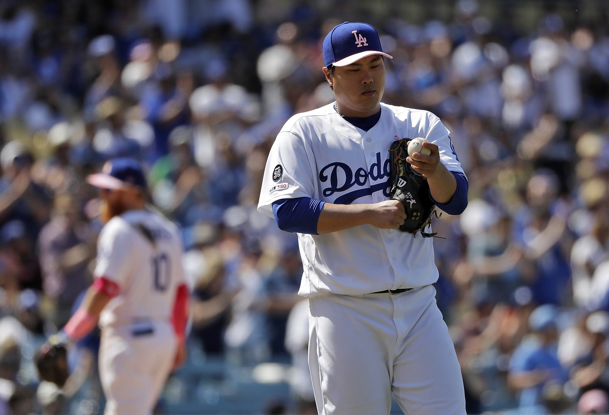Dodgers' Hyun-Jin Ryu takes no-hitter into eighth, combines