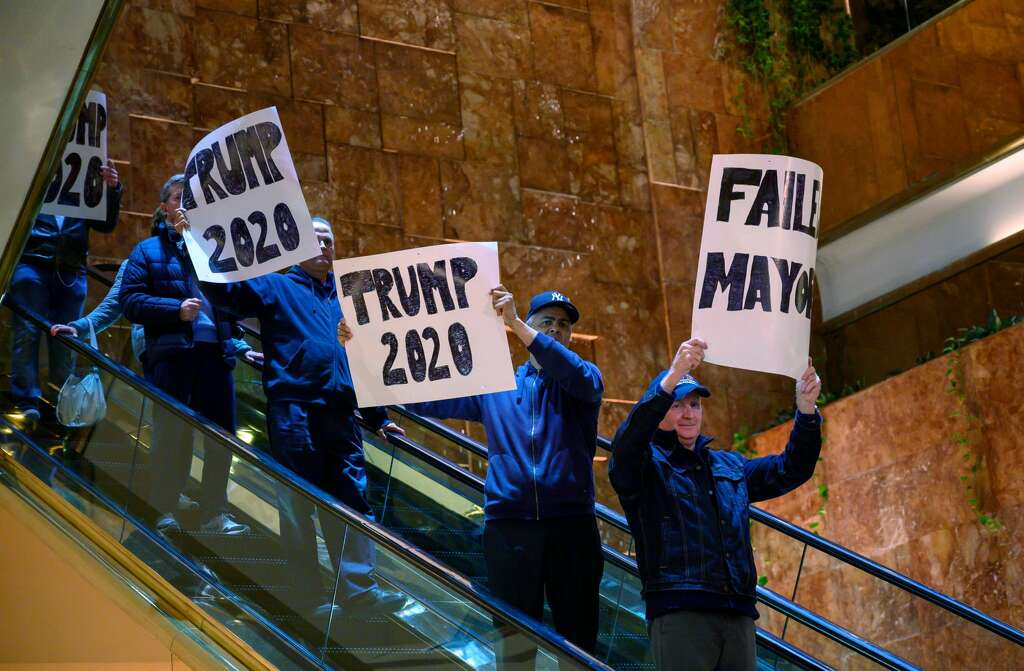 <p>Trump supporters protest as New York City Mayor Bill de Blasio speaks inside Trump Tower about the Green New Deal, serving notice to US President Donald Trump demanding more energy-efficient buildings,</p>