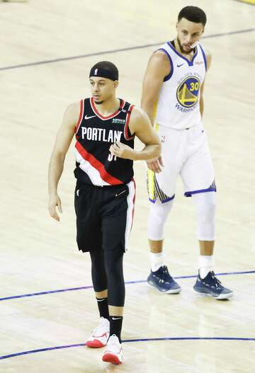 size 40 b8ef0 08a4c Split loyalties? Curry parents split jerseys at Game 1 ...