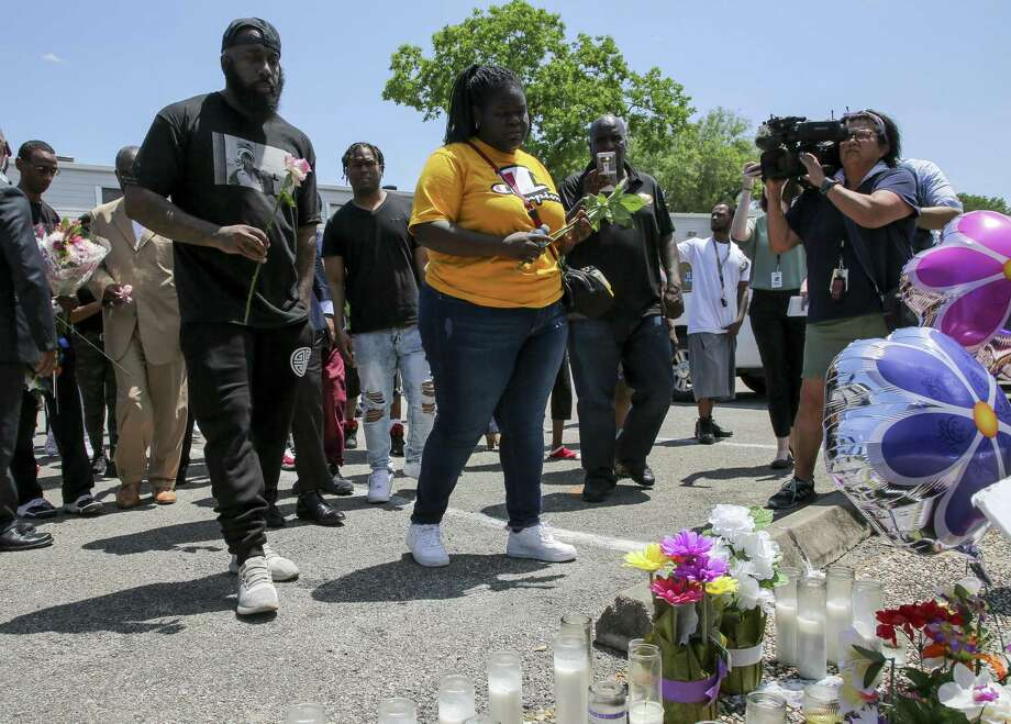 Chelsie Rubin, center, alongside with Houston rapper Trae the Truth, left, drop off roses at the memorial for her mother, Pamela Turner, at The Brixton Apartments complex Wednesday, May 15, 2019, in Baytown, Texas. Turner was killed Monday night during a confrontation with a Baytown Police officer. Photo: Godofredo A Vásquez,  Houston Chronicle / Staff Photographer / © 2019 Houston Chronicle