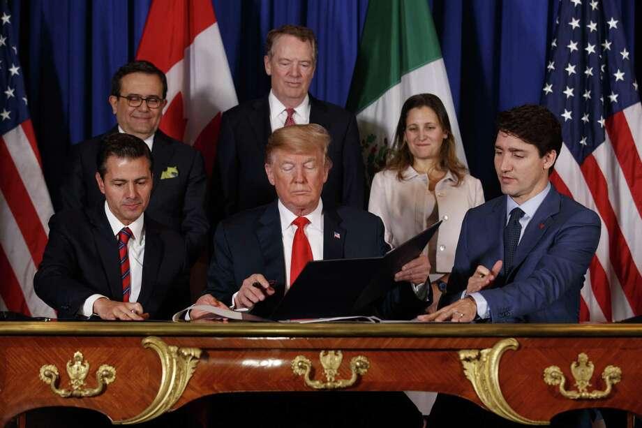 ARCHIVO — De izquierda, el entonces presidente de México Enrique Peña Nieto, el presidente Donald Trump y el primer ministro de Canadá Justin Trudeau firman el tratado T-MEC en Buenos Aires, Argentina, el 30 de noviembre de 2018. Photo: Tom Brenner /NYT / NYTNS
