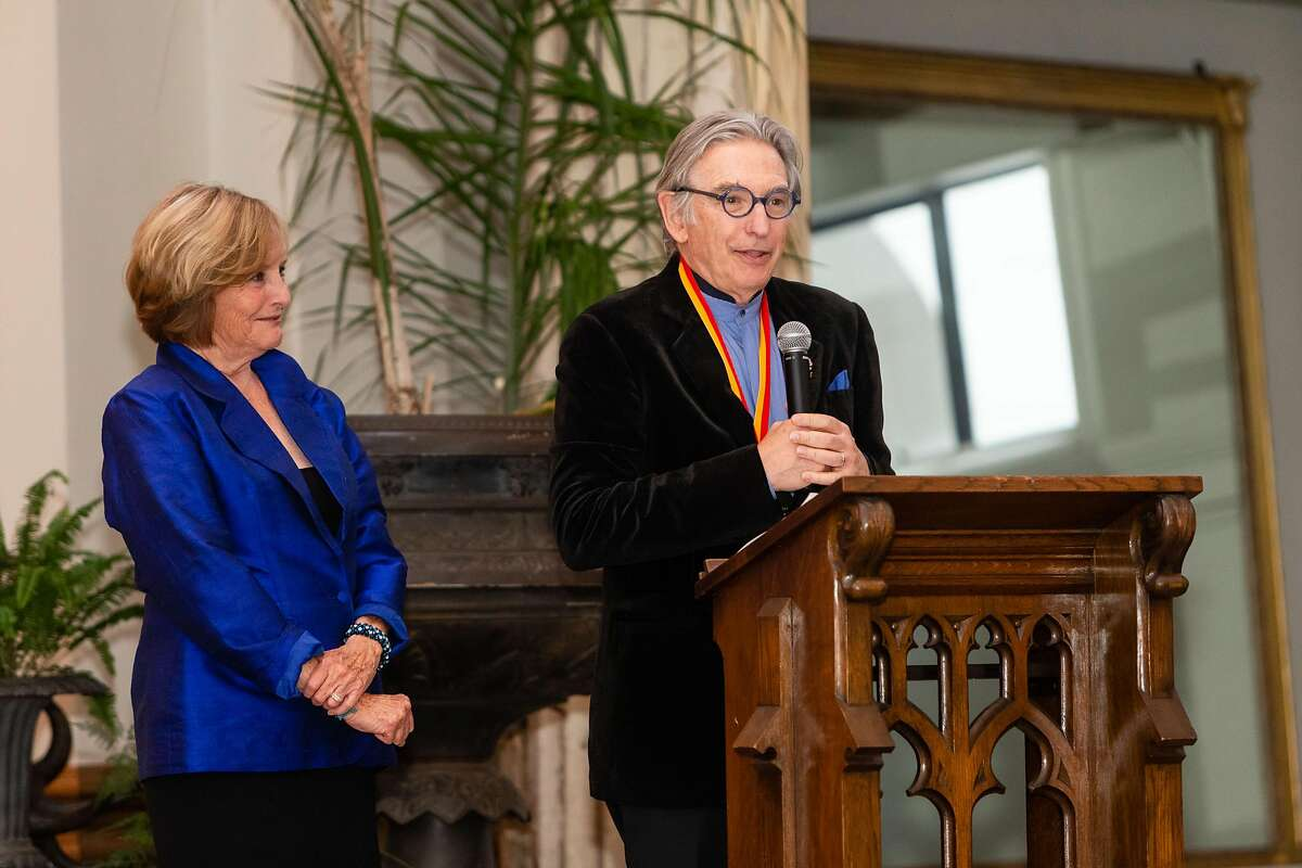 Frederica von Stade presents Michael Tilson Thomas with medal