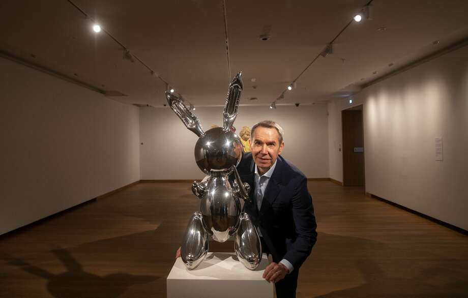 Artist Jeff Koons poses next to his piece called Rabbit during a photo call ahead of his exhibition at the Ashmolean Museum in Oxford. Photo: Steve Parsons - PA Images/PA Images Via Getty Images