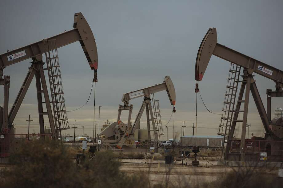 Pump Jacks extract crude oil from oil wells in Midland, Texas, U.S., on Monday, Dec. 17, 2018. Photo: Angus Mordant/Bloomberg