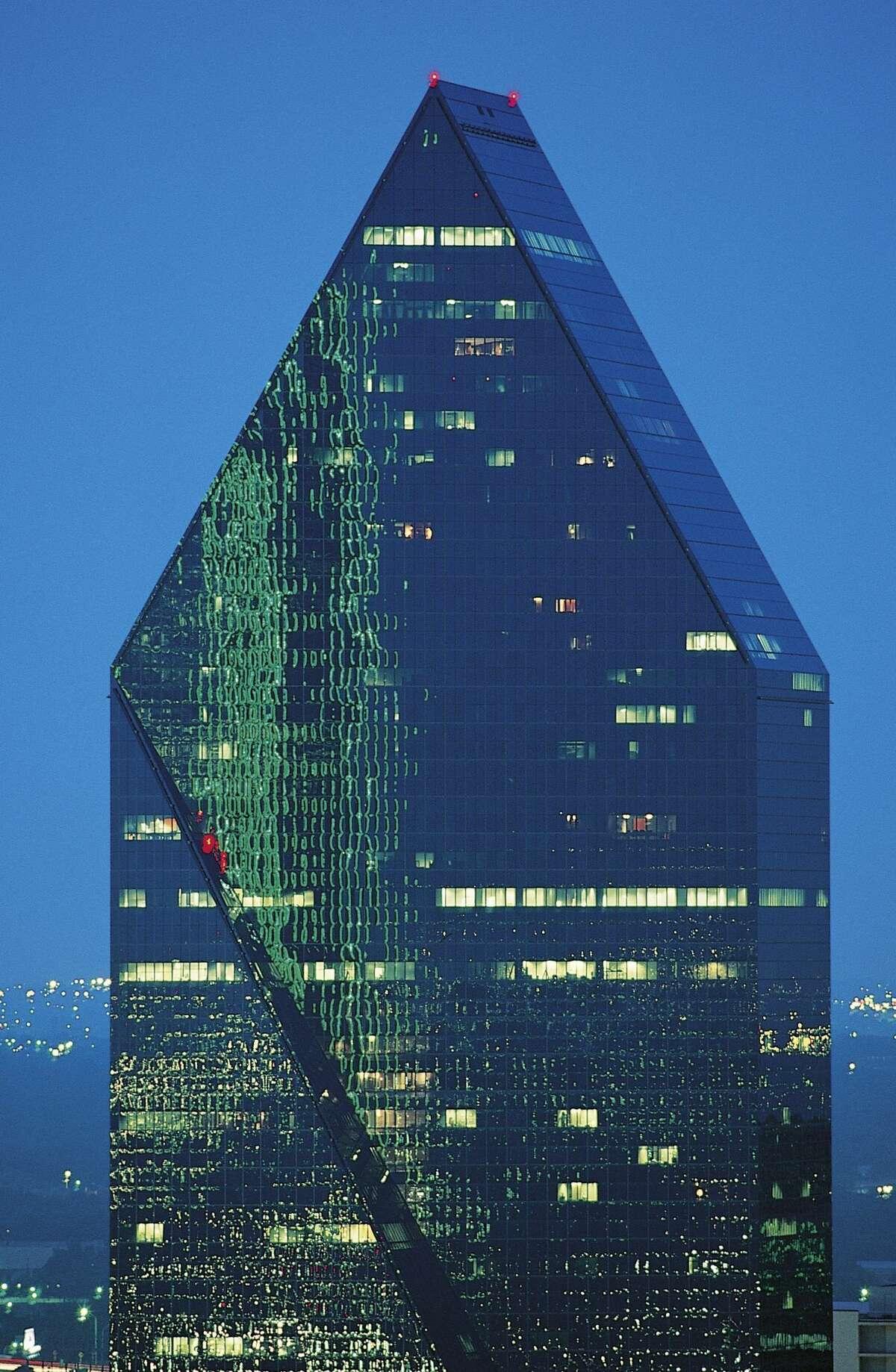 UNITED STATES - CIRCA 2003: Architect I.M. Pei'sFountain Place (1984-1986), downtown, Dallas, Texas, United States. (Photo by DeAgostini/Getty Images)