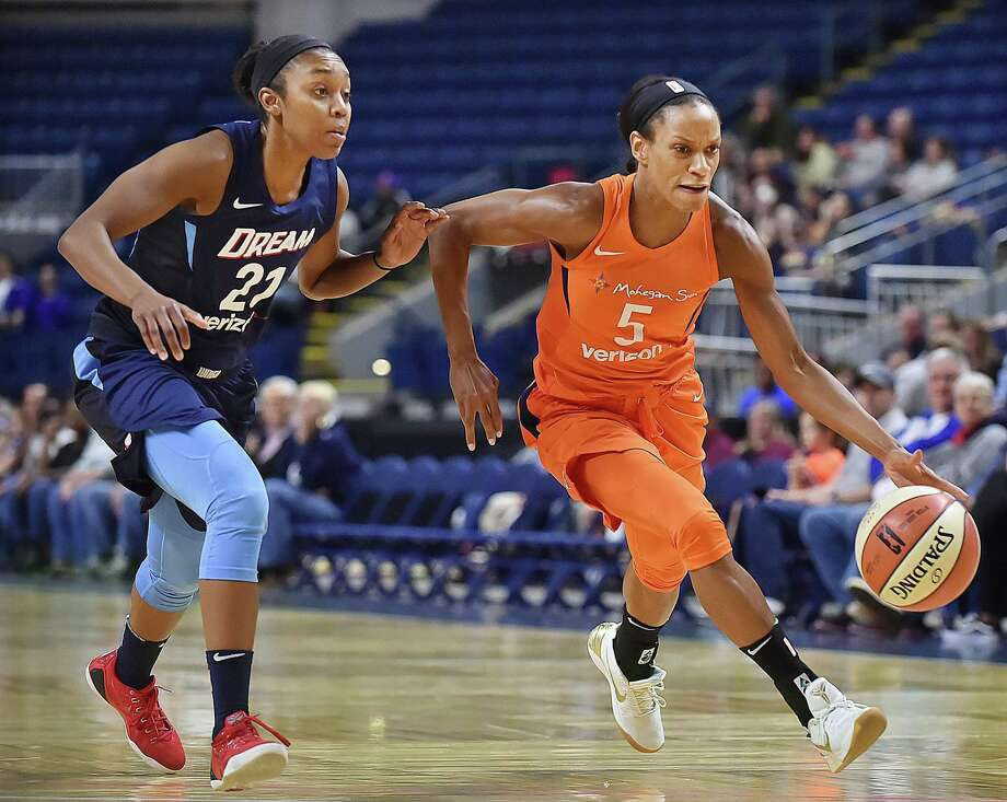 Connecticut Sun guard Jasmine Thomas drives past the Atlanta Dream's Renee Montgomery on May 11, 2018. Photo: Catherine Avalone / Hearst Connecticut Media / New Haven Register