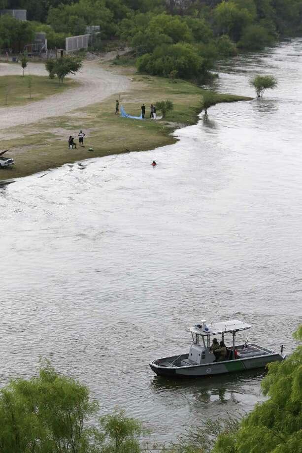 ARCHIVO— Botes de la Patrulla Fronteriza trabajan en el Río Grande en Roma, Texas, el miércoles 28 de marzo de 2018. Un tramo de muro fronterizo podría construirse en el Condado de Starr. Photo: Jerry Lara /San Antonio Express-News / © 2018 San Antonio Express-News