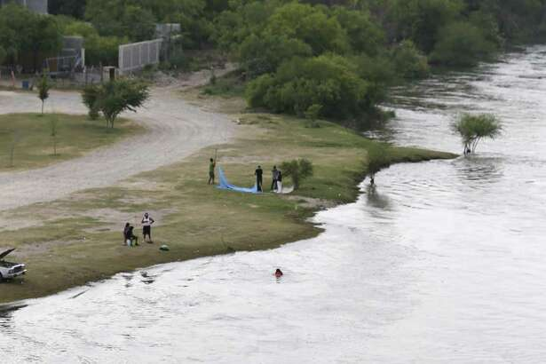 ARCHIVO- Botes de la Patrulla Fronteriza trabajan en el Río Grande en Roma, Texas, el miércoles 28 de marzo de 2018. Un tramo de muro fronterizo podría construirse en el Condado de Starr.