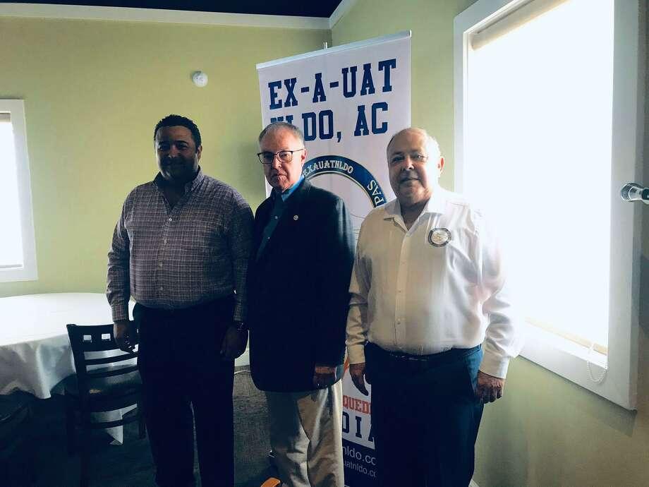 René Salinas Salinas, Steve Sears y Baltazar Hinojosa durante la reunión de EX-A-UAT NLDO, A.C Photo: Malena Charur /Laredo Morning Times