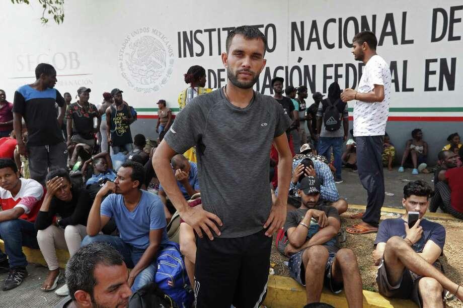 ARCHIVO — En esta foto de archivo del 29 de abril de 2019 Rahjit, de la India, posa para una foto mientras espera con otros migrantes un boleto para registrar su entrada a México en una estación de inmigración en Tapachula, en el estado de Chiapas. Photo: Moises Castillo /Associated Press / Copyright 2019 The Associated Press. All rights reserved