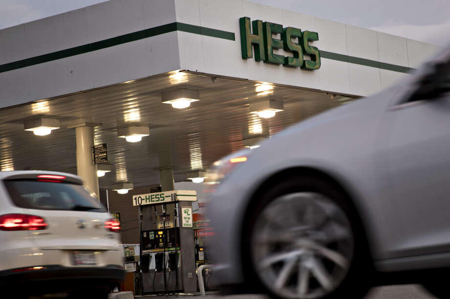 Vehicles drive past a Hess Corp. gas station in Washington, D.C., on Jan. 24, 2017. Photo: Bloomberg Photo By Andrew Harrer. / © 2017 Bloomberg Finance LP